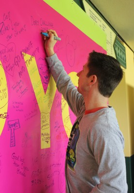 Preston signing the Cigna Inspiration Board